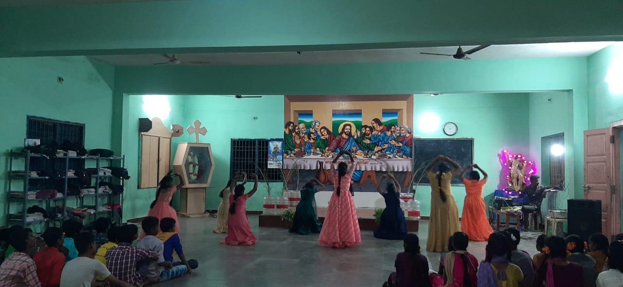 Schülerinnen und Schüler beim Tanzen